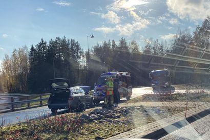 Henkilöauto törmäsi  suojakaiteeseen Kempeleessä – ajoneuvo meni hinattavaan kuntoon