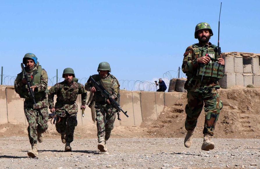 Suomalaiset toimivat Afganistanissa operaatiossa, joka tukee Afganistanin hallinnon omia turvallisuusjoukkoja (kuvassa). Painopiste vaihtui alkuvuonna kouluttamisesta suojaamiseen.