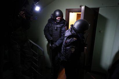 Poliisi on jatkanut Aleksei Navalnyin tukijoiden pidätyksiä ja häiritsemistä – oikeus piti oppositiojohtajan vankeusrangaistuksen voimassa