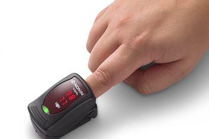 Ulkomailla koronalääkärit suosittelevat pulssioksimetriä taudin varhaisten keuhko-oireiden havaitsemiseen – kysyimme, kannattaako laitetta ostaa kotiin