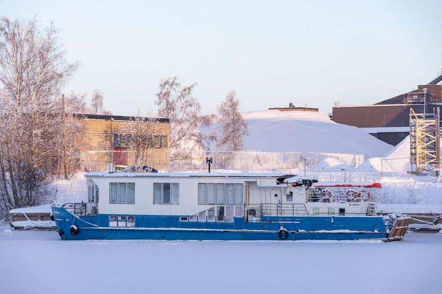 M/s Tatjana, yksi maailman pohjoisimmista asuntolaivoista talvisessa laituripaikassaan Toppilansalmessa. Jää asettaa omat haasteensa laivassa asumiselle.