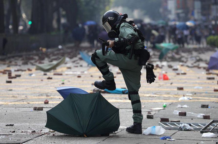 Sateenvarjoista on tullut Hongkongin protestien vertauskuva. Mellakkapoliisi tuhoaa sateenvarjoja, joilla väkijoukko on esimerkiksi vaikeuttanut kasvojen tunnistamista, suojautunut kyynelkaasulta ja kumiluodeilta sekä tietenkin pitänyt sadetta.