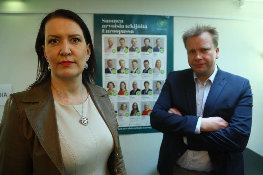 Keskustan puoluesihteeri Riikka Pirkkalainen ja eduskuntaryhmän puheenjohtaja Antti Kaikkonen odottivat jännityksellä ennakkoäänituloksia vaalivalvojaisissa.