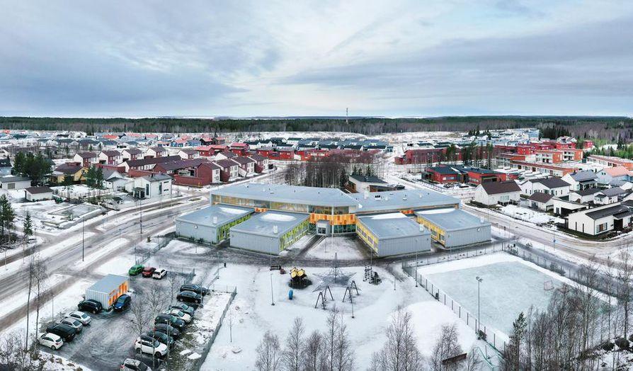 Pohjois-Ritaharjun koulun lisärakennusta on suunniteltu kuvan etualalle, jolloin koululla edelleen olisi yhteinen piha.