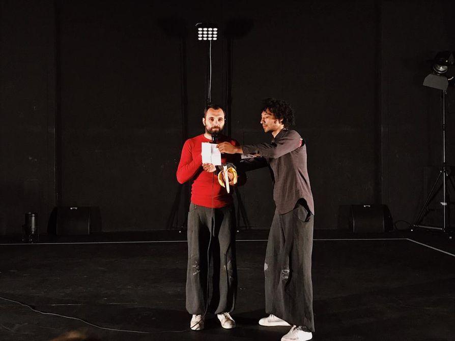 Èric Longequel ja Guillaune Martinet naurattivat yleisöä esityksen alusta loppuun.