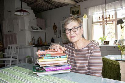Kirjat odottavat ottajaa Niitynmaantiellä – laatikosta on lähtenyt yli sata kirjaa