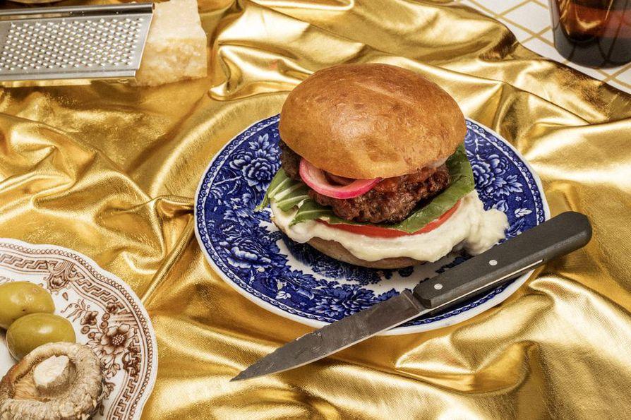 Burgeri on klassinen umamipitoinen ruoka, jossa paistettu liha, kypsytetty juusto ja tomaatti kohtaavat. Jauhelihapihvin voit korvata kasvisversiossa portobellosienillä.