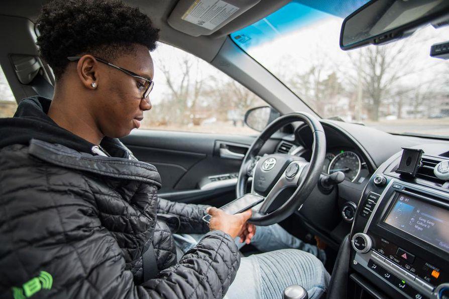 Kun kuljettajan keskittyminen liikenteessä herpaantuu, onnettomuusriski kasvaa. Nathan on yksi ohjelman niin sanotuista kännykkäkuskeista.