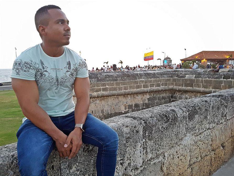 Jorge Moral istuu Cartagenan vahvalla muurilla, joka on suojannut satamakaupunkia merirosvojen hyökkäyksiltä.