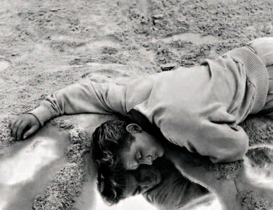 Antiikin mytologiassa Orfeus laskeutui Manalaan noutaakseen kuolleen vaimonsa. Jean Cocteaun tulkinnassa liikenneonnettomuus katukahvilan ulkopuolella vie runoillijan (Jean Marais) keskelle salaperäisiä tapahtumia.