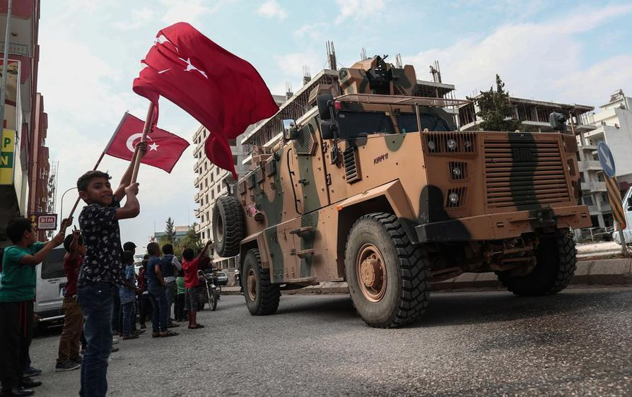 Osa Turkin sotilaista vetäytyi tulitauosta sopimisen jälkeen Tell Abiadin rajakaupunkiin.
