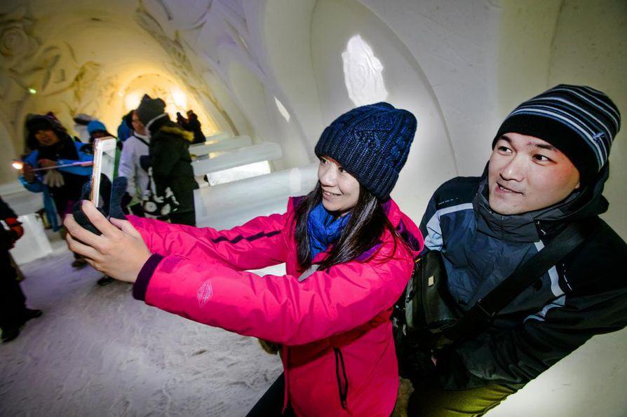 Yu Ming-Chieh ja Huang Zi-Chang tutustuivat Kemin Lumilinnaan häämatkallaan tammikuussa. Aasialaisten turistien määrä on Lapissa vahvassa kasvussa.