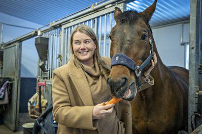 """Oululaisen kuntokeskusketju Liikun yrittäjä Johanna Riihijärvi unohtaa korona-ajan arjen huolet hevostallilla – """"Tuntuu hullulta se, että meillä on iso, väljä piste suljettuna"""""""