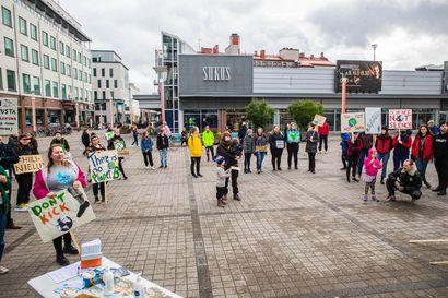 """""""Olisiko diktatuurin aika jo ohi?"""" – Mielenosoitus Suomen luonnon puolesta keräsi Rovaniemen Lordin aukiolle noin 60 ihmistä"""