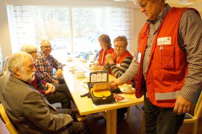 Ensiapuryhmä sai defibrilaattorin – helposti kuljetettava laite sijoitetaan Pudasjärven seurakuntataloon