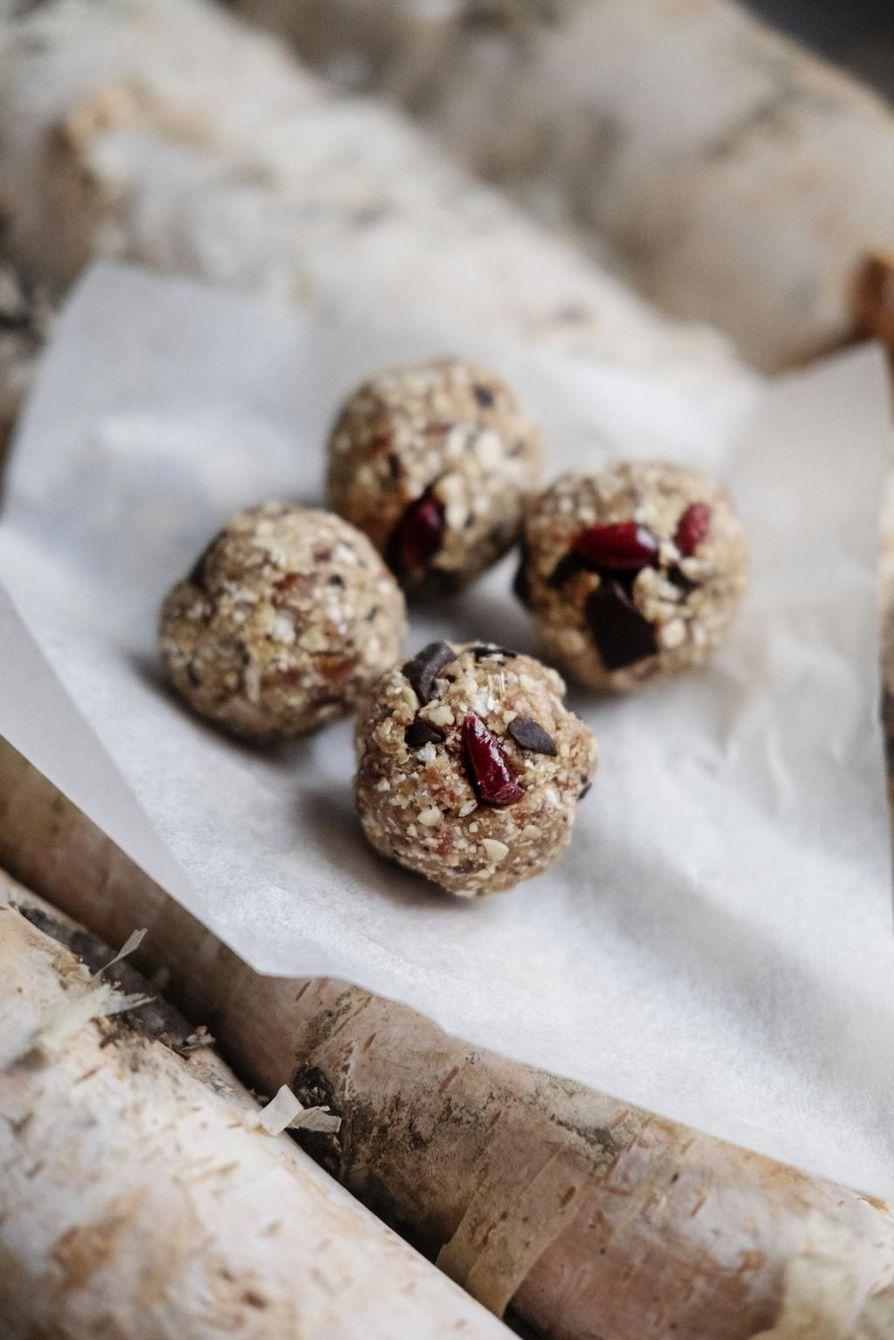 Suklaiset pallerot on helppo napata suuhun vaikka kesken hiihtolenkin.