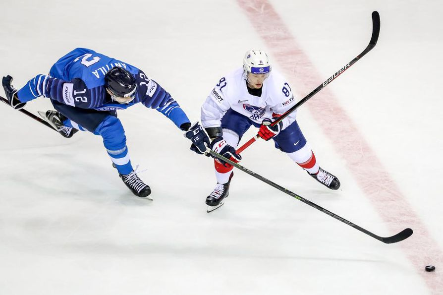 epa07585345 Marko Anttila of Finland (L) in action against Anthony Rech of France (R) during the IIHF World Championship group A ice hockey match between France and Finland at the Steel Arena in Kosice, Slovakia, 19 May 2019.  EPA/MARTIN DIVISEK  BY: ALL OVER PRESS / EPA-PHOTO CODE: EPAXX8