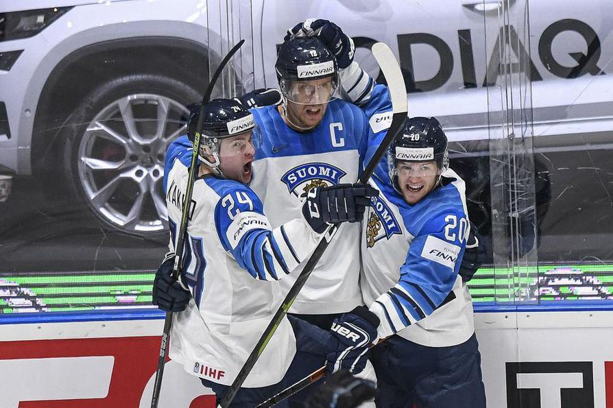 Kaapo Kakko (vas.) ja Niko Ojamäki (oik.) juhlimassa kapteeni Marko Anttilan kanssa.