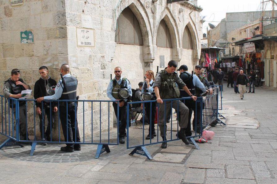Jerusalemin vanhassa kaupungissa on todennäköisesti levotonta perjantaina. Israelin poliisi vartioimassa Via Dolorosa-katua. Arkistokuva.