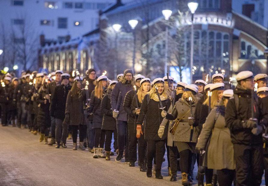 Ajankulkue-tapahtuman kulkue lähti liikkeelle keskiviikkona iltapäivällä kolmelta Kauppatorilta. Ensimmäisenä marssi soihtuineen Oulun yliopiston ylioppilaskunnan väki.