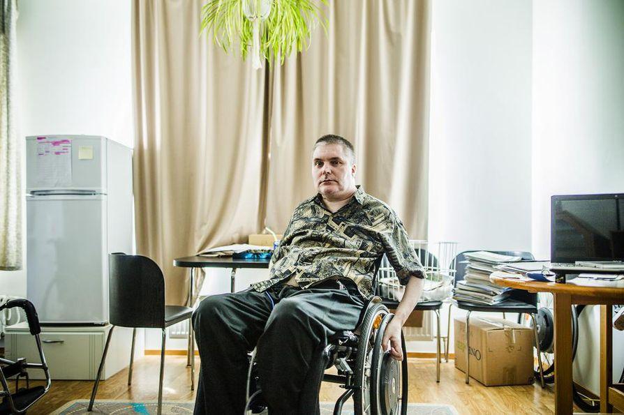 Marko Päivänsäde toimii itse henkilökohtaisten avustajiensa työnantajana. Pätevien sijaisten puute ja avustajien rekrytointi rasittaa häntä, mutta kunta ei myöntänyt palveluseteliä, jolla avustajapalvelun voisi ostaa yritykseltä.