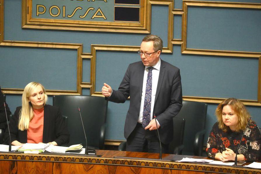 Elinkeinoministeri Mika Lintilä (kesk.) aikoo siirtää yritystukien jakamisessa vastuuta kunnille.