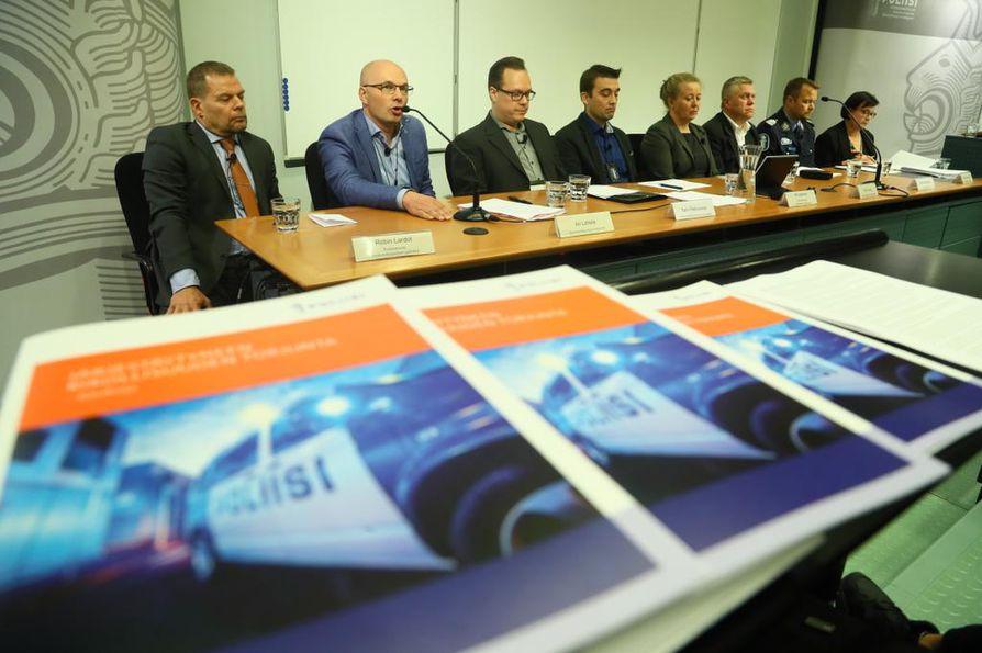 Useat viranomaiset järjestivät maanantaina yhteisen tiedotustilaisuuden United Brotherhoodiin keskittyneestä, laajasta operaatiosta.