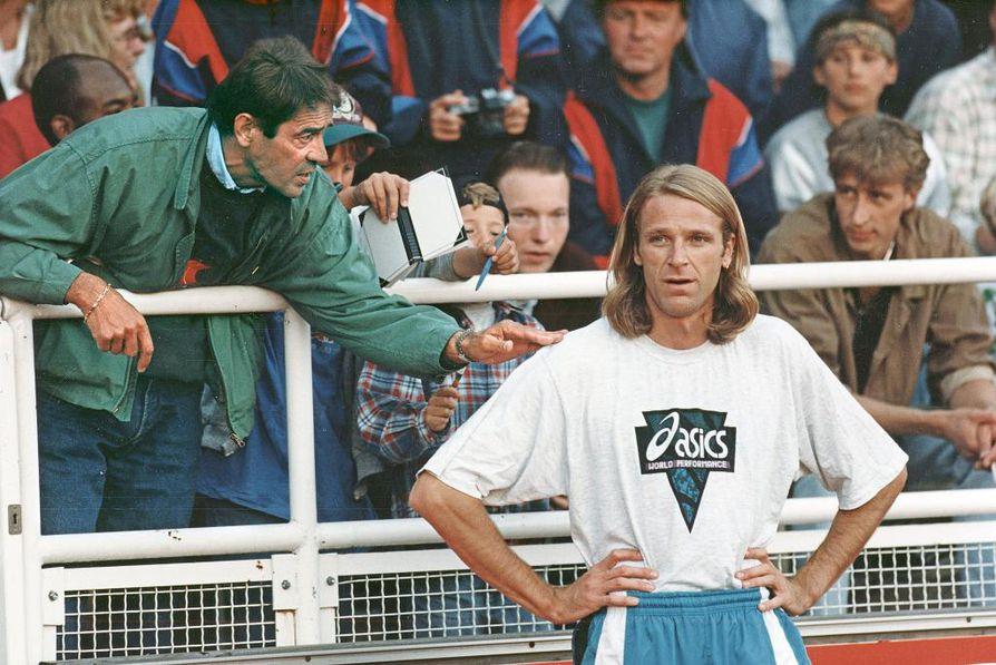 Kuva vuodelta 1995. Viljo Nousiainen antaa ohjeita Patrik Sjöbergille.
