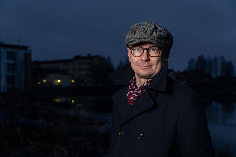 """Kaikki synnit -sarjan levitysoikeuksien myynti englantilaiselle Sky Vision -mediatalolle tuntui ohjaaja Mika Ronkaisesta luontevalta ratkaisulta. """"Sarja on niin hyvä, että sen pitääkin levitä."""""""
