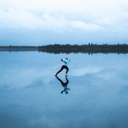 Luistelijan sininen hetki Ylläsjärven jäällä – Katso lumoava video viime sunnuntailta