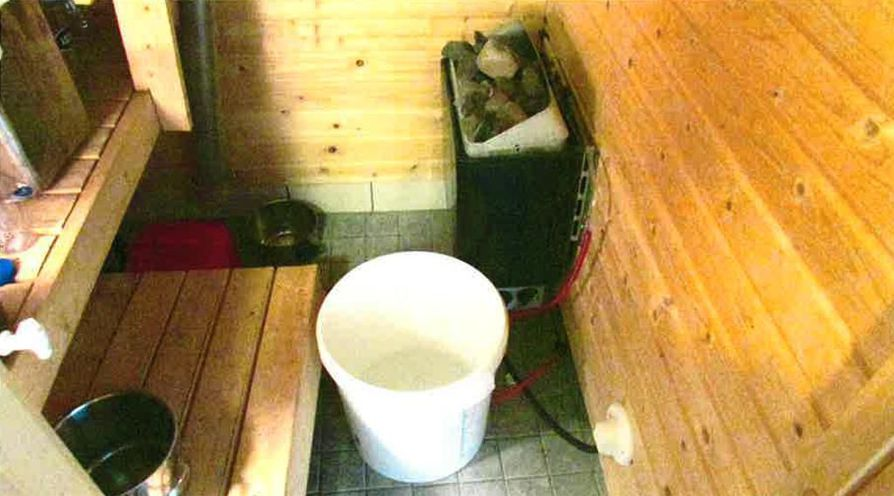 Poliisi löysi saunan lattialla olleesta astiasta noin viisi litraa kerran keitettyä pontikkaa.