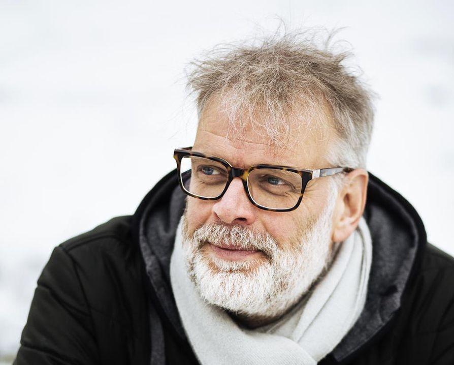 Hans Rosenfeldt kertoo, ettei ole asioita, joista hän ei uskaltaisi kirjoittaa. Uuden kirjasarjan tapahtumat sijoittuvat erämaihin lähinnä Tornionjokilaaksoon.