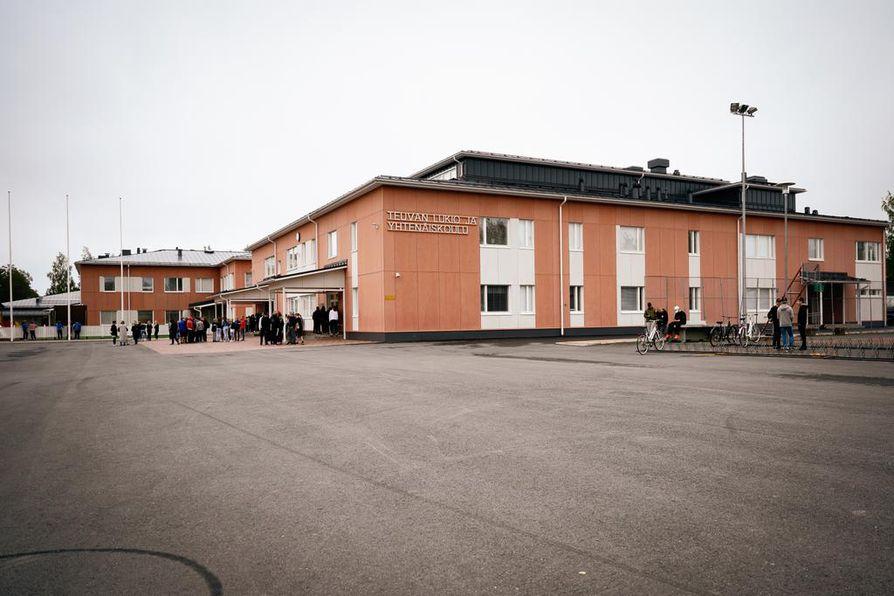 Tänä vuonna Teuvan lukiossa aloitti 10 ensimmäisen vuoden opiskelijaa, kun viime vuonna heitä oli 25. Toistaiseksi Suomen kunnissa ei ole haluttu lakkauttaa paikkakunnan ainoaa lukiota, vaikka valtion osuus lukiokoulutuksen rahoituksesta hiipuu.