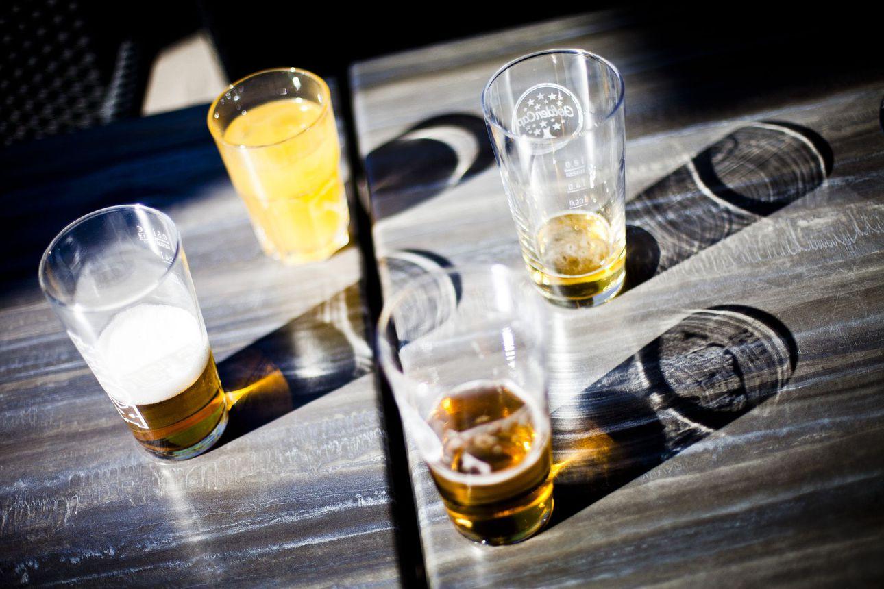 Neljäsosa suomalaisista arvioi alkoholin käyttönsä vähentyneen korona-aikana – eniten käyttöään olivat vähentäneet 18–34-vuotiaat