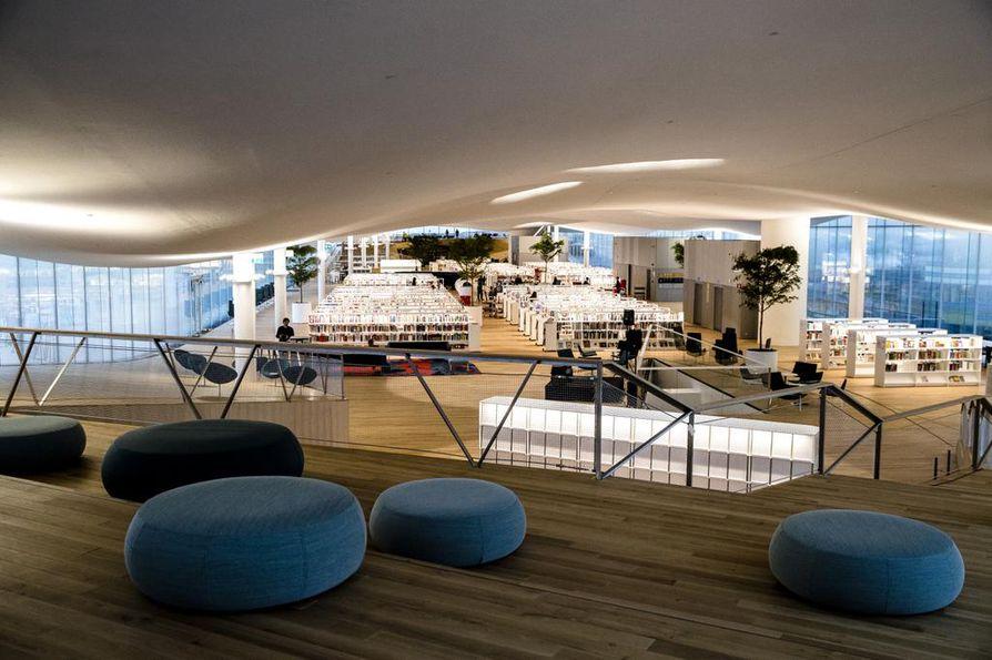 Kolmannen kerroksen kirjataivaassa on 100 000 teosta lainattavana, kahvila ja eläviä puita. Näkymät avautuvat joka ilmansuuntaan.