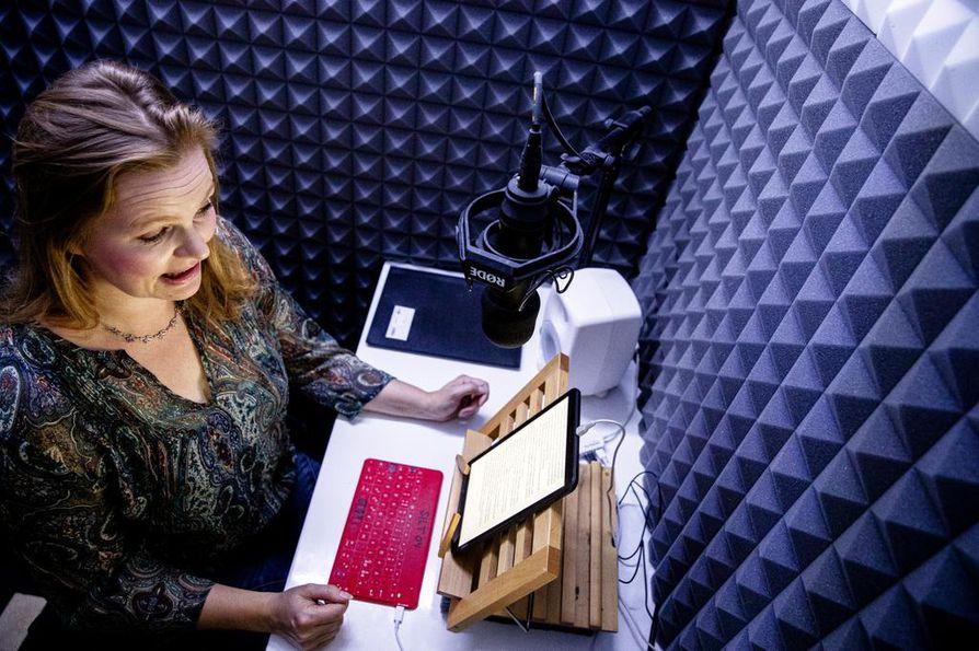 """Helsinkiläisessä Silencio-studiossa äänitetään suuri osa isoimpien suomalaisten kustantamoiden äänikirjoista. """"Kysyntä on valtava ja koppeja rajallisesti, joten pakostakin osa joudutaan tekemään toisaalla"""", Krista Putkonen-Örn kertoo."""