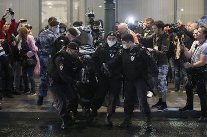 """Nuorten katuprotesti päättyi kymmenien pidätykseen Moskovassa – """"Täällä tapetaan homoja ja lyödään naisia, eikä ketään koskaan vaadita vastuuseen"""""""