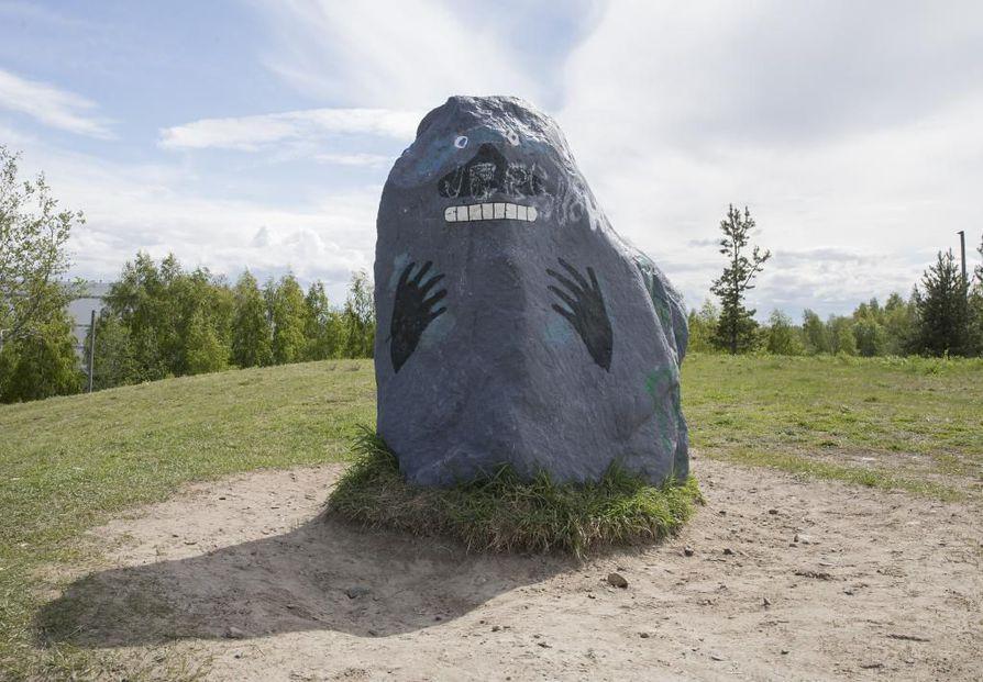 """Oulun Heinäpään urheilukeskuksen läheisyydessä on maalattu  kivi, joka on jo nimetty fanien puheissa jääkiekkotähti Marko """"Mörkö"""" Anttilan patsaaksi."""