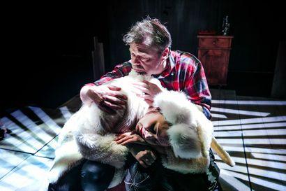 Kemin kaupunginteatterin tulkinta Arto Paasilinnan klassikosta on yhtaikaa hauska ja syvämietteinen