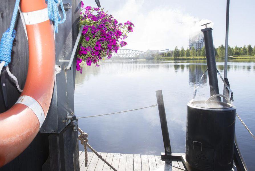 Peilityyni Oulujoki auringonpaisteessa helli saunojia Tuirassa viime kesänä.