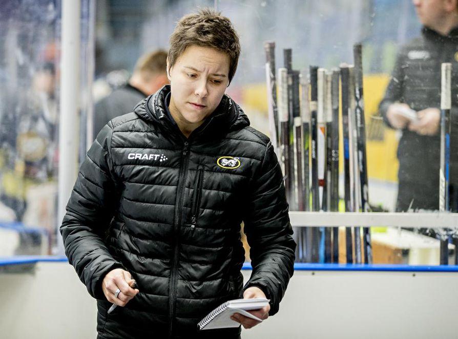 Kärppien naisten joukkueen päävalmentajana tunnettu Mira Kuisma on tehnyt hyvää työtä myös alle 18-vuotiaiden tyttöjen maajoukkueen luotsina. Suomi eteni MM-turnauksessa mitalipeleihin.