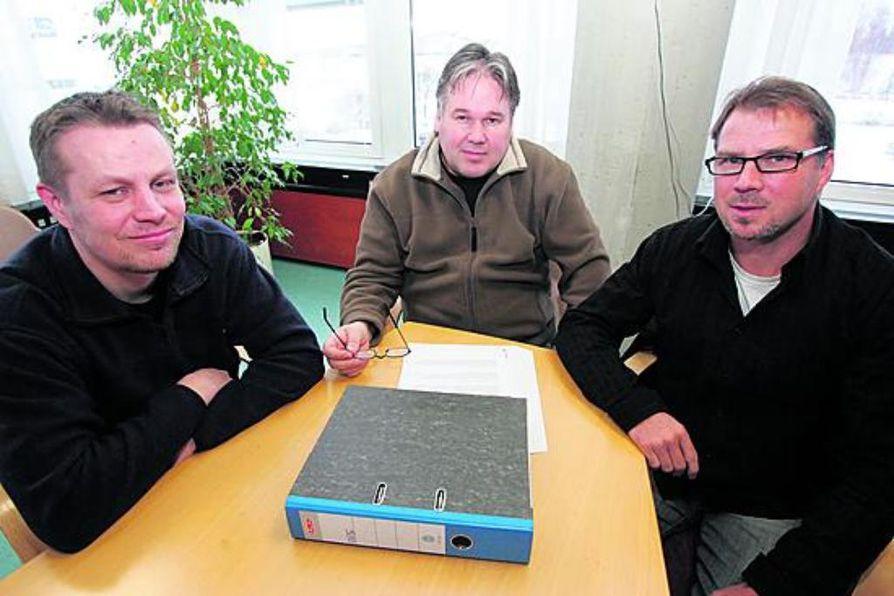 Vesa Kippola (vas.), Timo Viitanen ja Jorma Hartikainen paiskivat töitä OPS-jp:n parhaaksi.