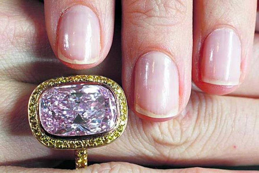 Timantin arvo on ostajan silmässä. Vaaleanpunaisen kaunottaren odotettiin tuottavan äskettäin huutokaupassa 2,5-3 miljoonaa dollaria.