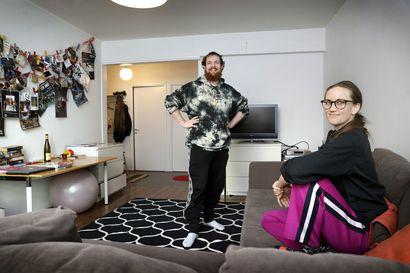 """JoJon residenssissä vierailleet tanssitaiteilijat Taneli Törmä ja Hilde I. Sandvold ovat tyytyväisiä """"oman"""" asunnon rauhaan: """"Paljon parempi kuin hotellihuone"""""""
