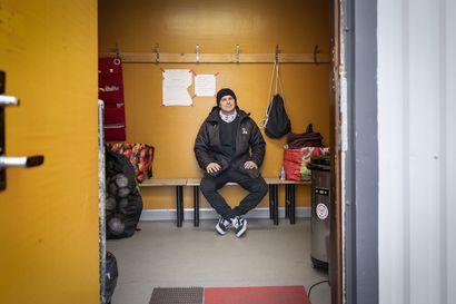 Jussi Madetojan kolmen vuoden jakso ONS:n luotsina saattaa päättyä lauantaina nousujuhliin – Jos näin käy, päävalmentaja lupaa laulaa joukkueelle