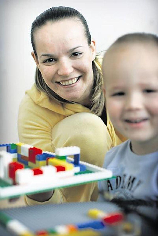 Kun Kärppien tsekkivahvistus Michal Bros pelaa, hoitaa Dana Brosova kotona Kaakkurissa kolmevuotiasta Josef-poikaa ja kahden kuukauden ikäistä Bavbora-tytärtä. Pikkuprinsessa ei päässyt kuvaan, sillä hän oli vetelemässä makeasti päiväunia.