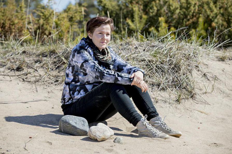 Liisa Louhela nukkui vuoden aikana ulkona viettämistään sadasta yöstä lähes puolet kotisaaressaan Hailuodossa. Hänen mukaansa aina ei tarvitse lähteä kauaksi kotoa, sillä myös lähimetsä ja -ranta voivat olla kiinnostavia retkikohteita.