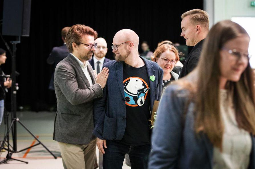 Onneksi olkoon. Uusi puoluesihteeri Veli Liikanen sai onnittelut muun muassa entiseltä puheenjohtajalta ja nykyiseltä europarlamentaarikolta Ville Niinistöltä. Edellisen setä on Erkki Liikanen ja jälkimmäisen Sauli Niinistö.
