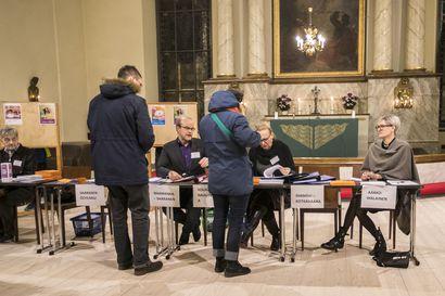 Suora vaalilähetys seurakuntavaaleista: Äänestäjät valitsevat 8 000 uutta luottamushenkilöä
