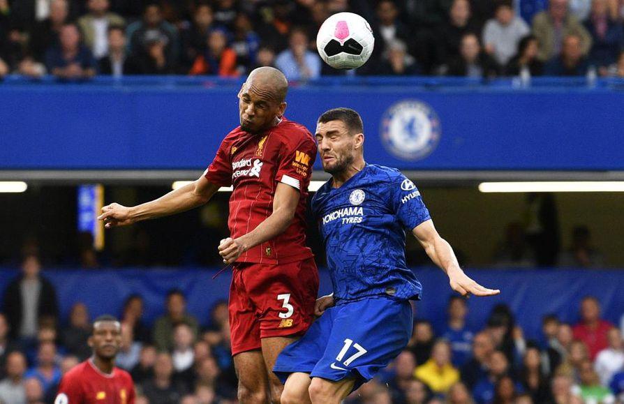 Liverpoolin Fabinho taisteli pallosta Chelsean Mateo Kovacicin kanssa sunnuntain ottelussa.